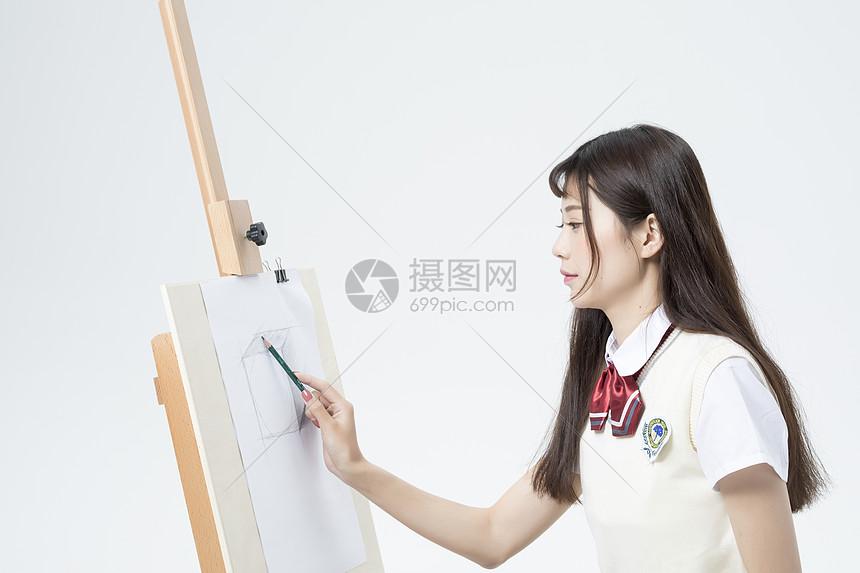 画画的女学生图片