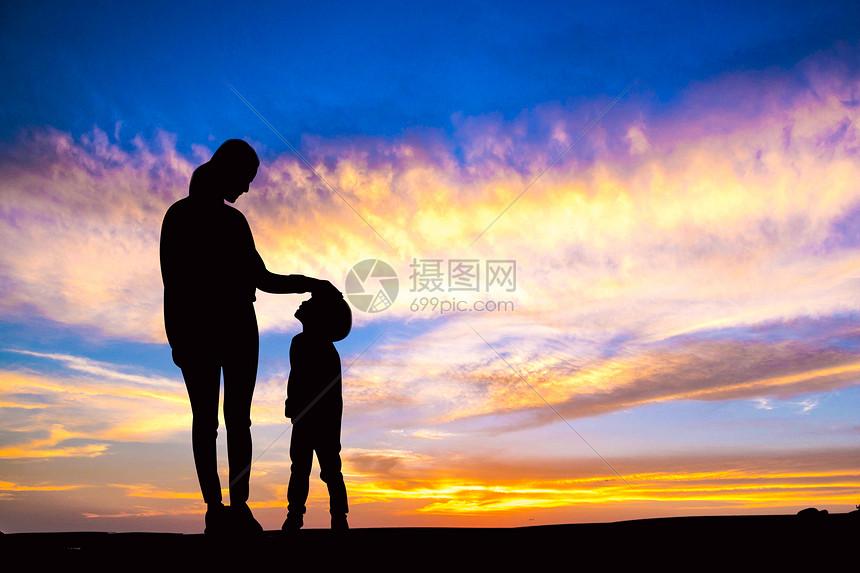 夕阳下的母子图片