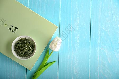 在桌子上的茶与书图片