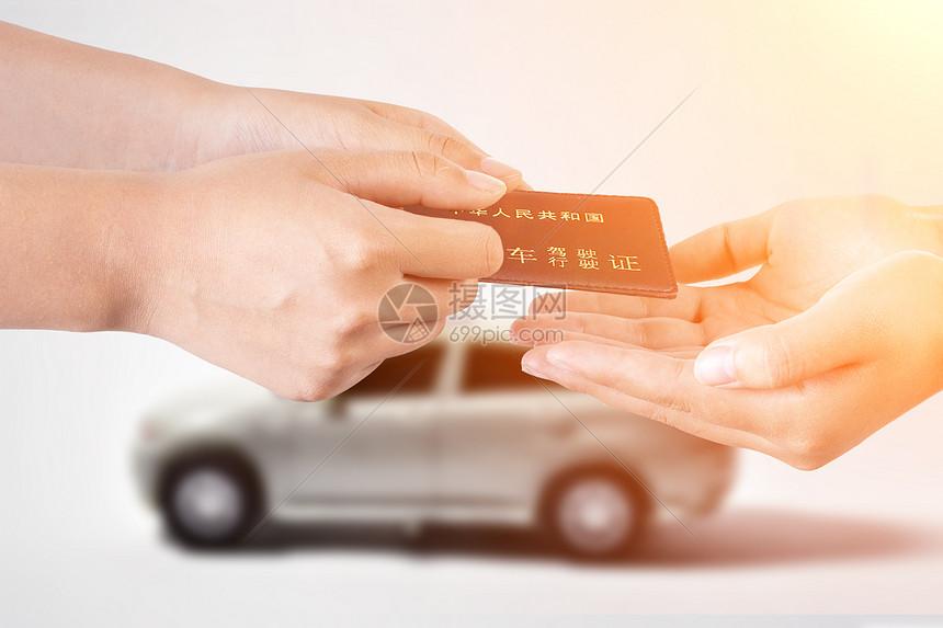 手中的驾驶证图片