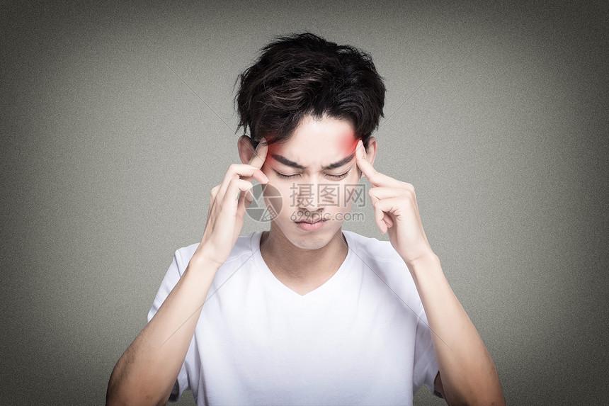 头疼的男人图片