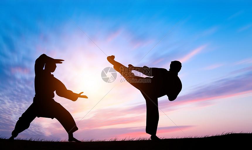 夕阳下的武术剪影图片