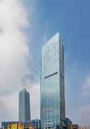 蓝天白云下高耸的现代建筑物图片
