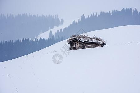 新疆天山冬季木屋图片
