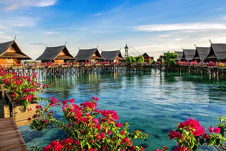 漂亮的海上度假酒店图片