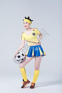 手拿足球的足球宝贝形象图片