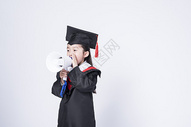 拿着喇叭的毕业小女孩图片