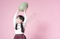 拿着哈密瓜的小女孩图片