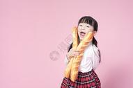 拿着面包的小女孩图片