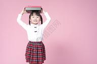 拿着礼物盒的小女孩图片