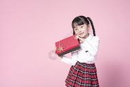 拿着礼物盒的小女孩500887323图片