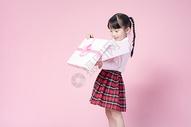拿着礼物盒的小女孩500887340图片