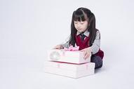 拿着礼物盒子的小女孩图片