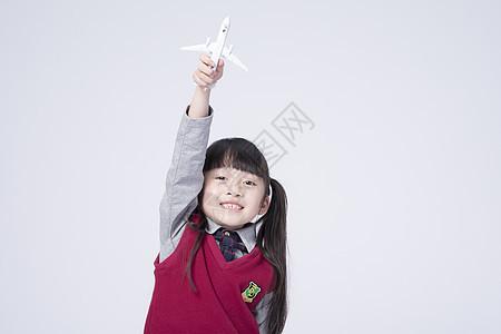 拿着玩具飞机的小女孩图片