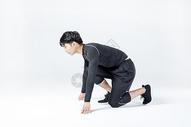 运动男性起跑动作图片