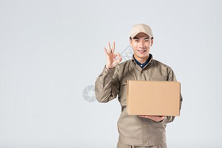 拿着快递箱的快递员图片