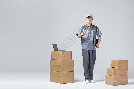 仓库工人检查货物图片