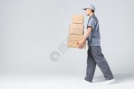 快递员搬货物图片