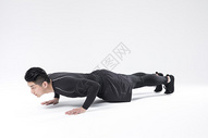 做俯卧撑的运动男性图片