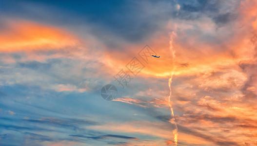 天空彩霞与飞机图片