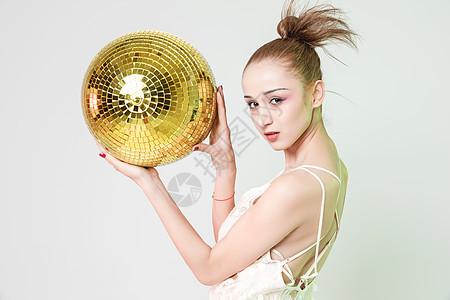 年轻女性色彩创意音乐舞动图片