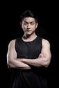 展示肌肉的运动男性图片