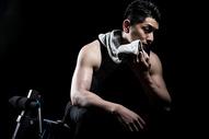 擦汗的运动男性图片