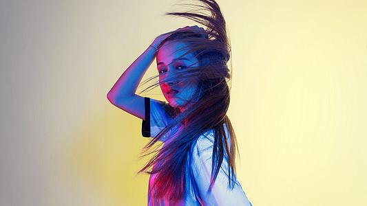 年轻女性色彩创意情绪甩发图片
