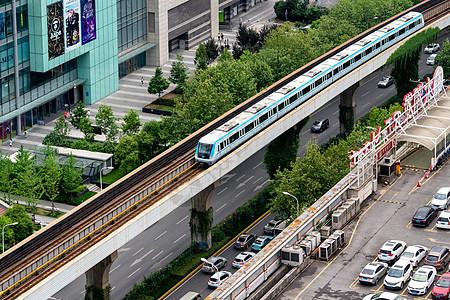 轻轨驶过城市商圈图片