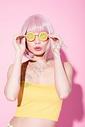 粉色假发性感美女戴搞怪眼镜图片