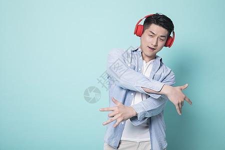 听音乐的青年男性图片