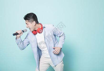 唱歌的男性青年图片