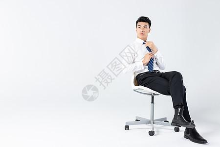 商务男士坐在椅子上图片