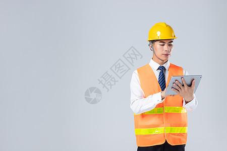 年轻工程师点平板电脑 图片