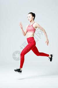 大步跑步冲刺的健身女性图片
