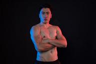 运动男性肌肉展示创意形象照图片