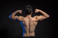 运动男性背部身材肌肉展示图片