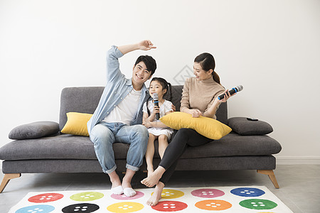 一家人在客厅喝卡拉ok图片