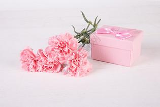康乃馨与礼盒图片