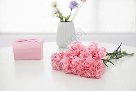 康乃馨花卉与礼盒图片