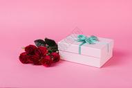 玫瑰花与礼盒图片