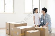 一起整理搬家箱子的爸爸和女儿图片