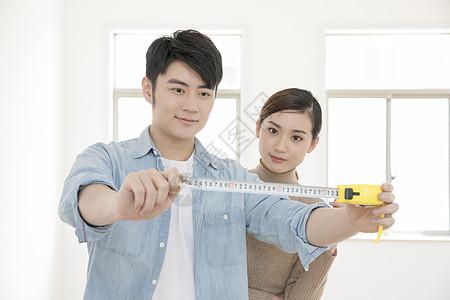 测量房子的情侣图片