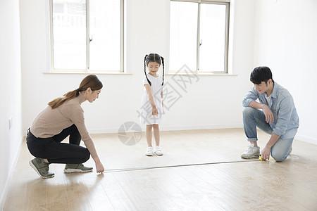 测量房子的一家人图片