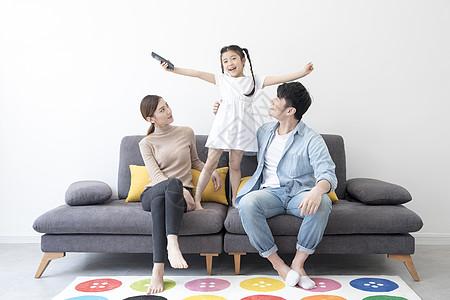 一家人一起看电视图片