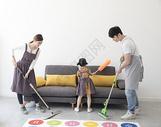 一起做清洁的一家人图片