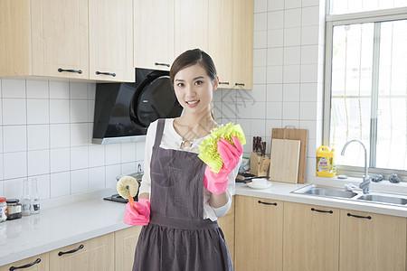 打扫厨房的青年女性图片