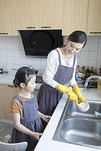 女儿和妈妈一起洗碗图片