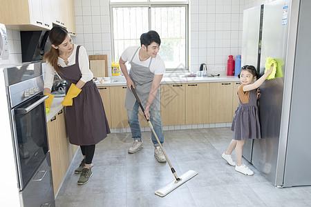 一起打扫厨房的一家人图片