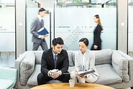 商务男女讨论图片